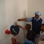 i bimbi che lavano i muri